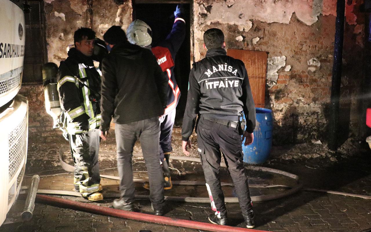 Manisa'da çıkan yangında 5 ev ile 2 otomobil kullanılmaz hale geldi