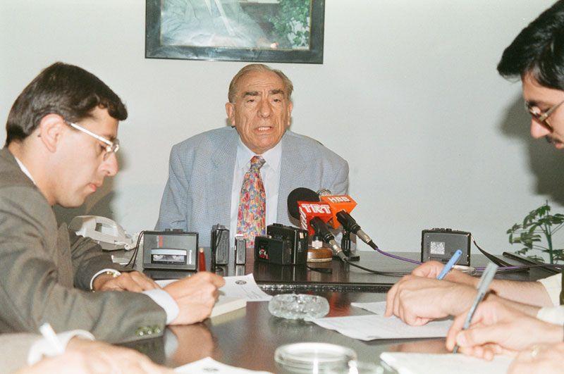 Alparslan Türkeş kimdir asıl ismi ne ailesi Kıbrıs'a neden göç etti ölümünün 24. yılında anılıyor
