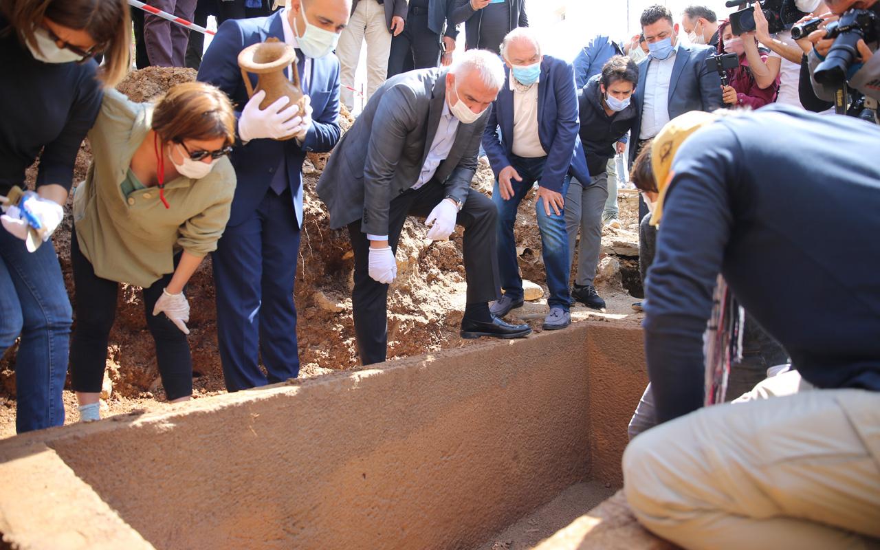 Bodrum'da lahit mezar 2400 yıl sonra açıldı Bakan Ersoy da oradaydı içinden bakın ne çıktı!