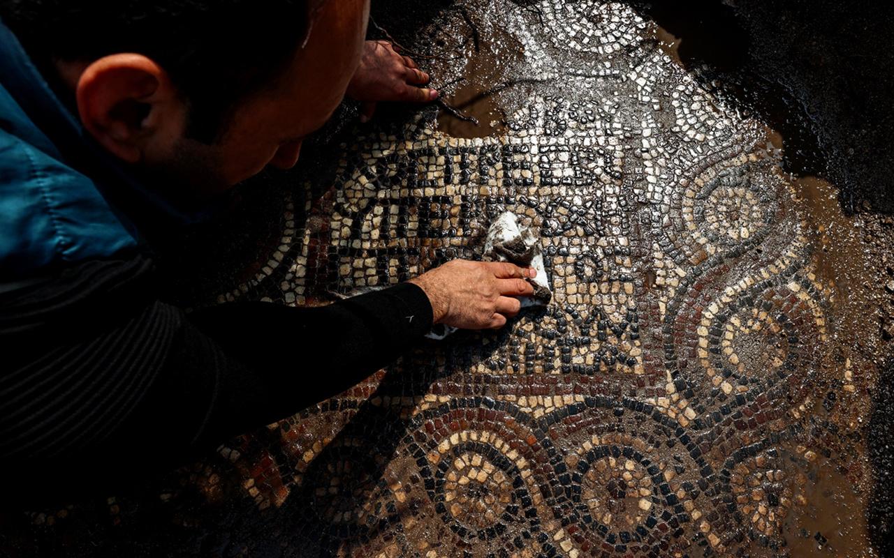 İzmir'de 1500 yıllık mozaik bulundu! Defineciler gizlice çıkarıyordu üzerinde yazana bakın