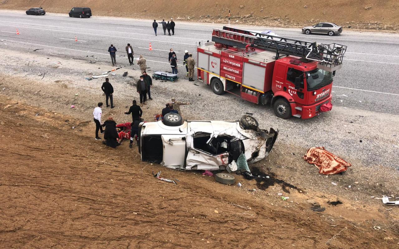 Van'da kamyonet devrildi 2 ölü 3 yaralı