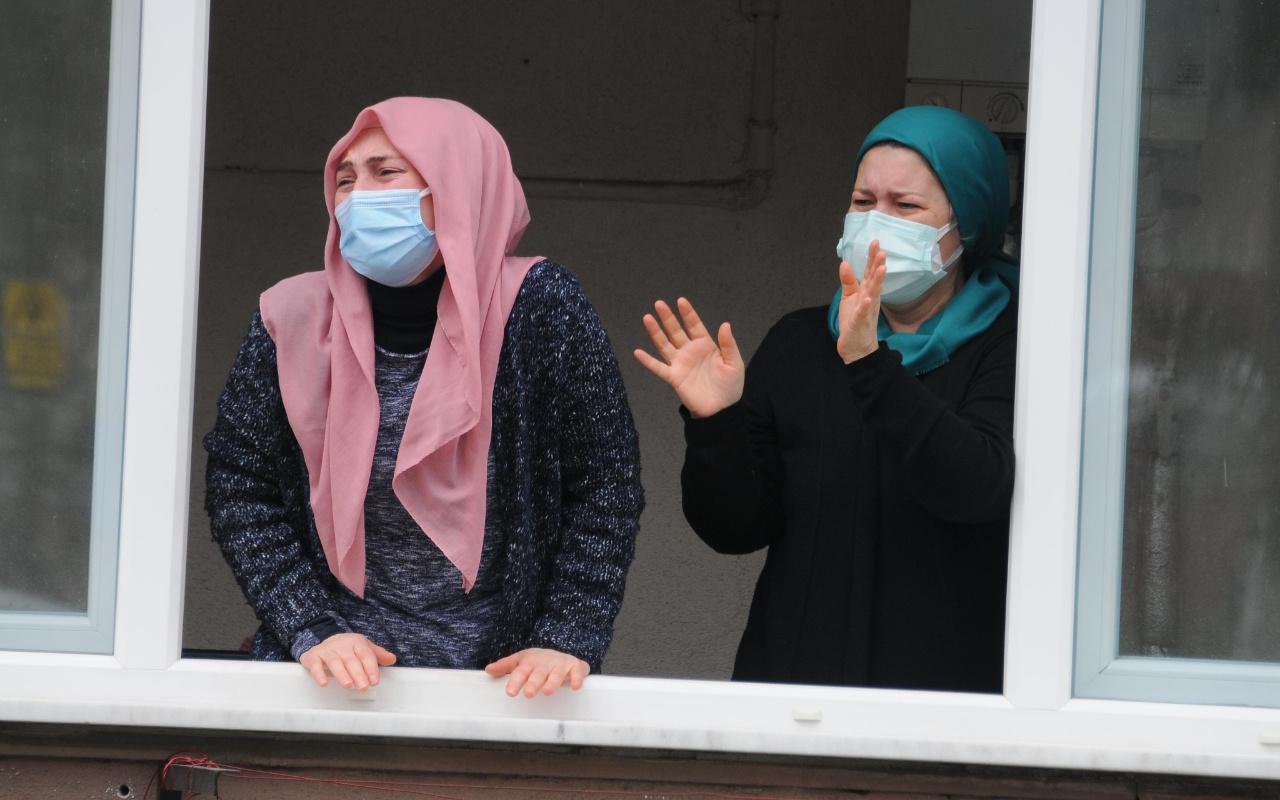 Kocaeli'de 4 saat arayla koronavirüsten ölen çifte gözü yaşlı uğurlama