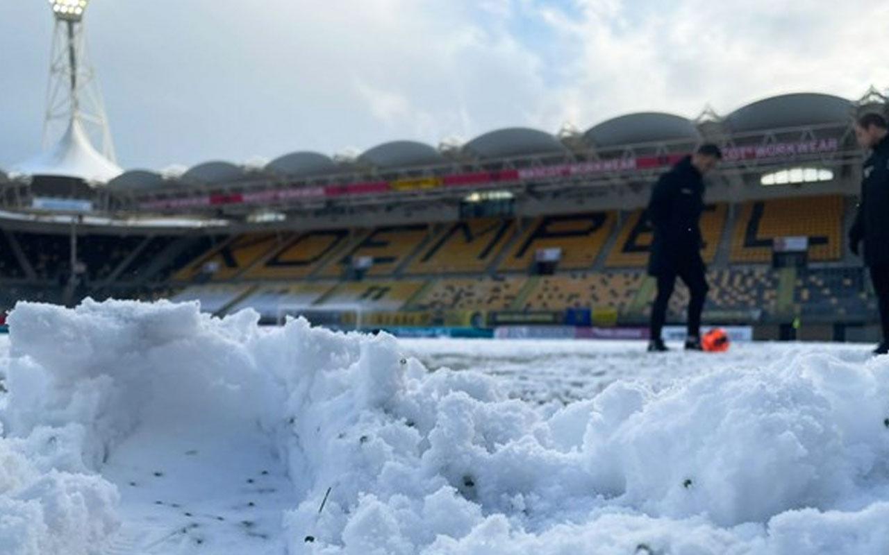 Hollanda'da nisan ayında yağan kar, maç erteletti