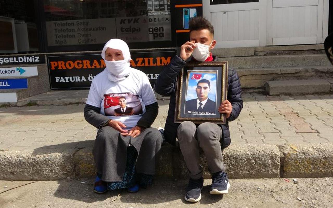 Muş'ta çocukları dağa kaçırılan 2 aile HDP binası önünde oturma eylemi yaptı
