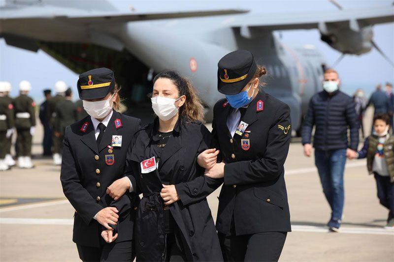 Pilot Yüzbaşı Burak Gençcelep'in cenazesinde yürek dağlayan görüntü