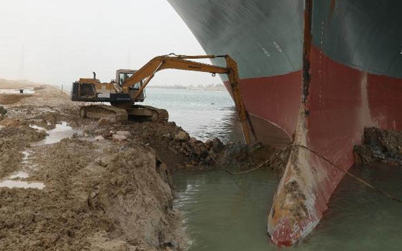 Süveyş Kanalı'nda karaya oturan geminin etrafını kazan operatörden mesai isyanı