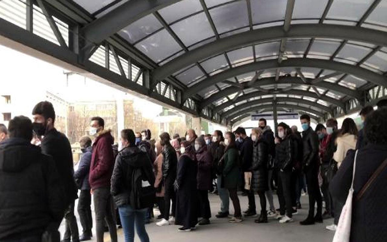 Covid-19'u böyle mi yeneceğiz? İstanbul'da duraklarda insan seli