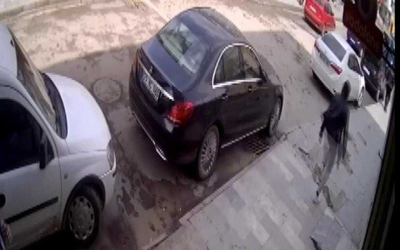 Erzurum'da sokakta yürürken sırtından bıçaklandığı anlar kamerada