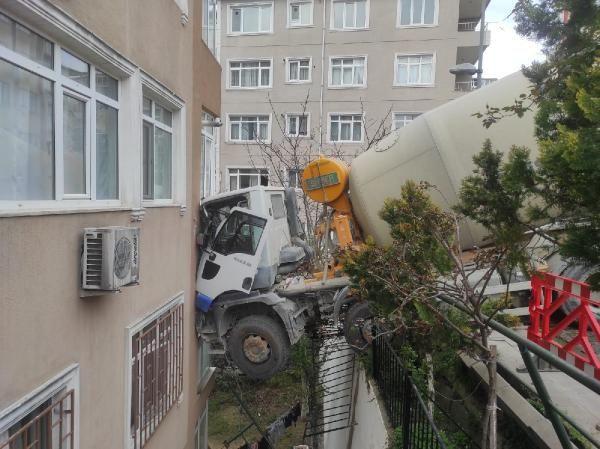 İstanbul'da korku dakikaları! Beşiktaş'ta beton mikseri 6 katlı binaya saplandı