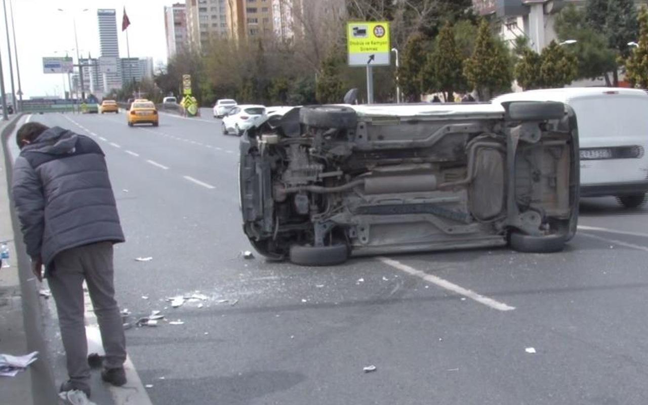 İstanbul'da direksiyon hakimiyetini kaybedip devrildi! Trafiği kilitledi