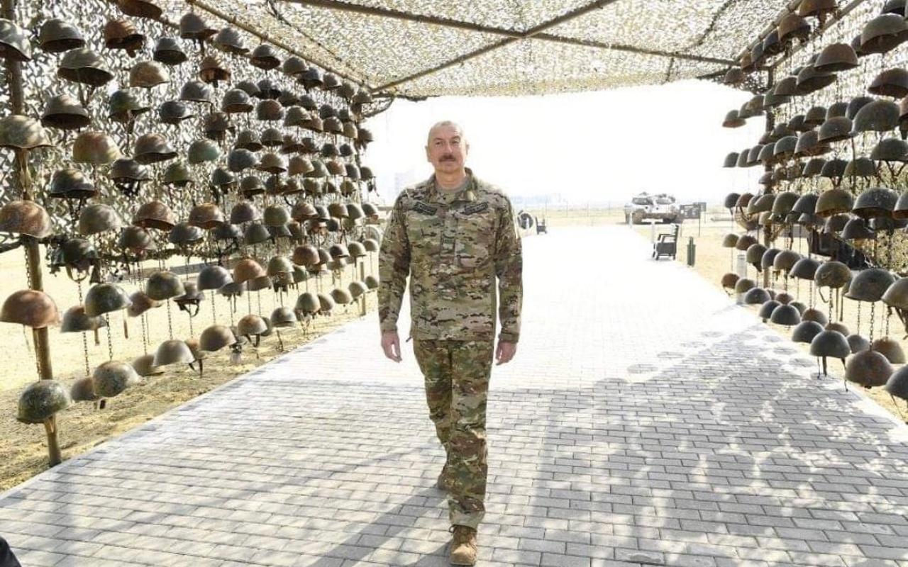 İlham Aliyev'in ölen Ermeni askerlerin miğferleriyle poz vermesi olay oldu Twitter yıkıldı