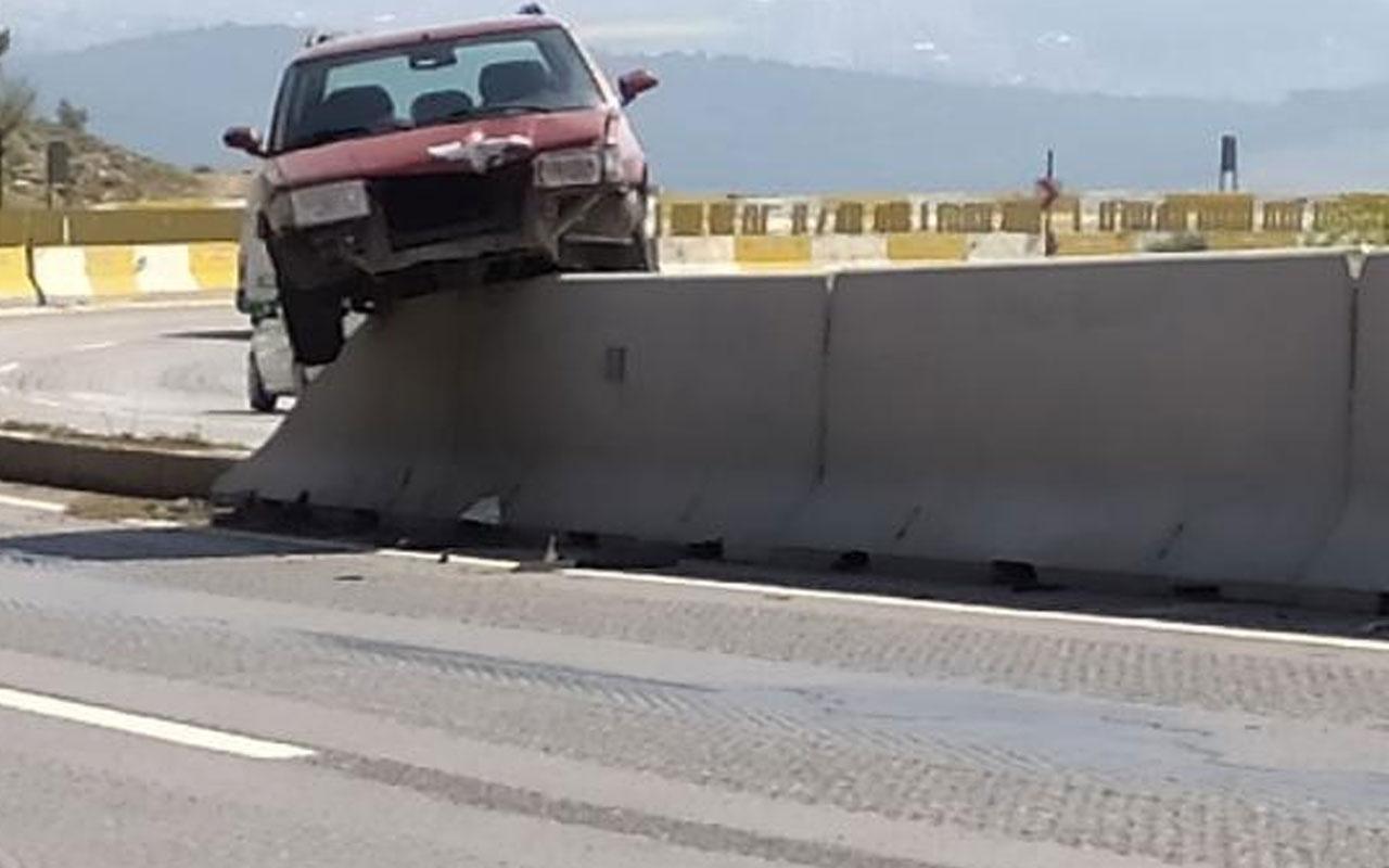 Hatay'da akıllara durgunluk veren kaza! Refüjdeki beton bariyere çıkan otomobil asılı kaldı