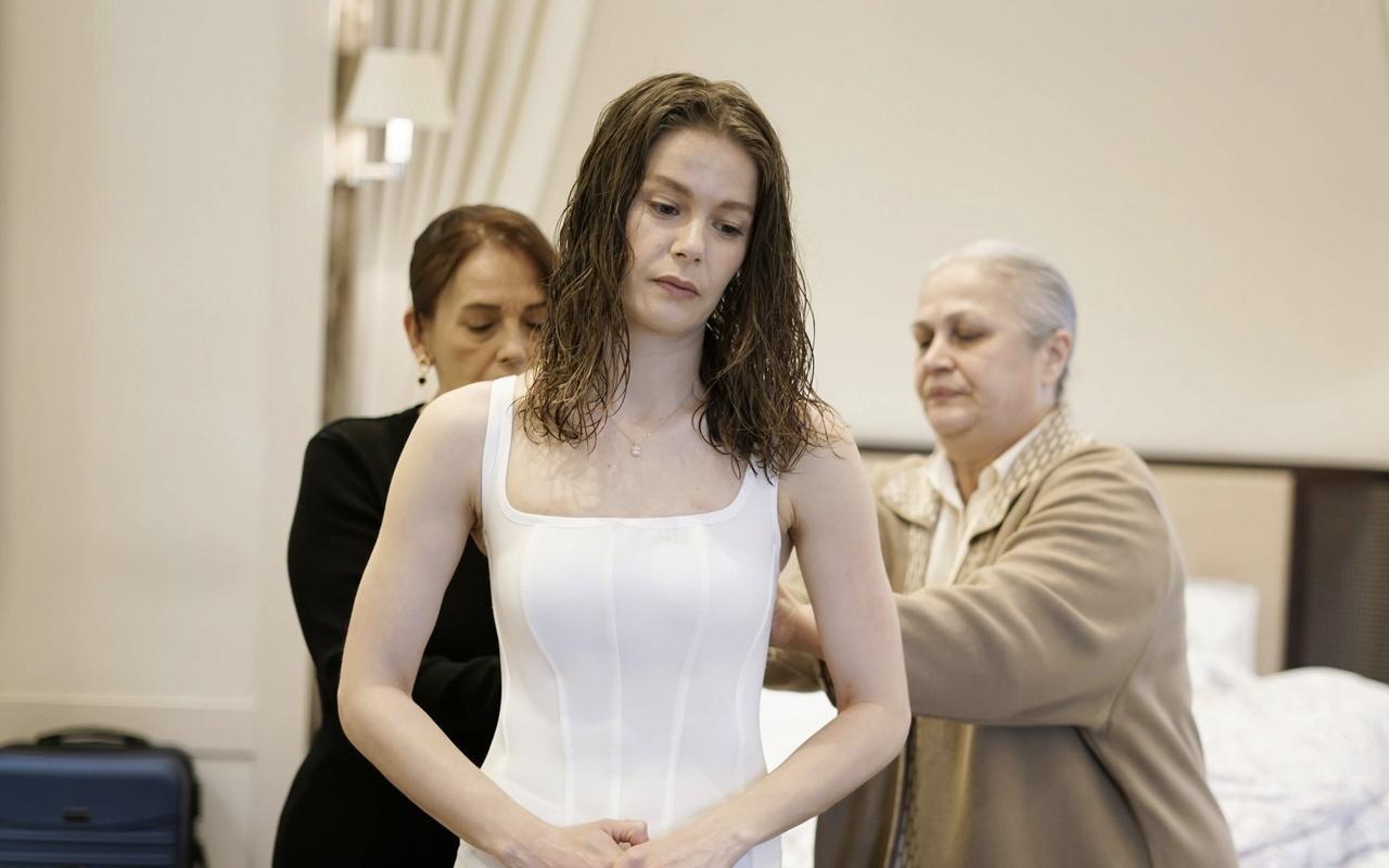 Camdaki Kız konusu dizideki Nalan neden korse giyiyor?