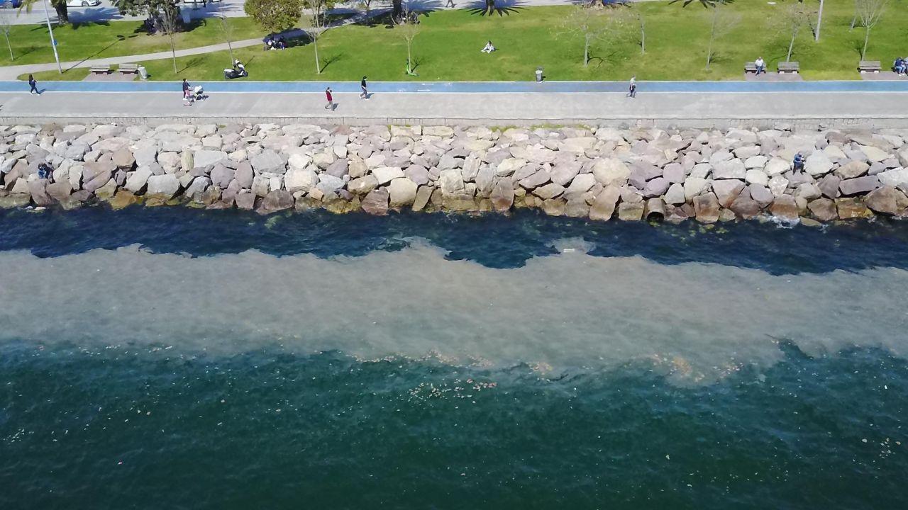 Kartal Sahili'nde endişelendiren görüntü! 'Deniz salyası' sahil boyunu kapladı