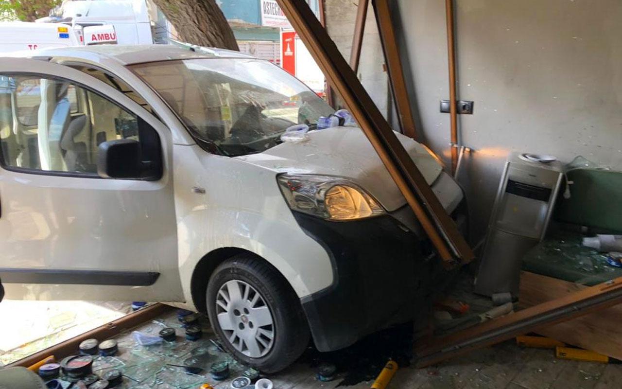 İzmir'de araç berber dükkanına daldı 2 yaralı