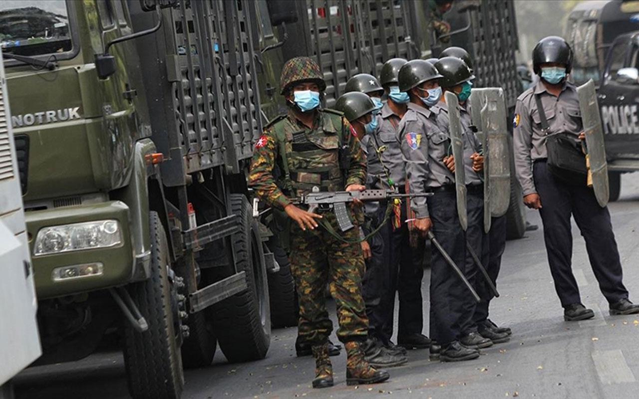 Myanmar ordusu 2 protestocuyu öldürdü caminin bağış paralarını yağmaladı