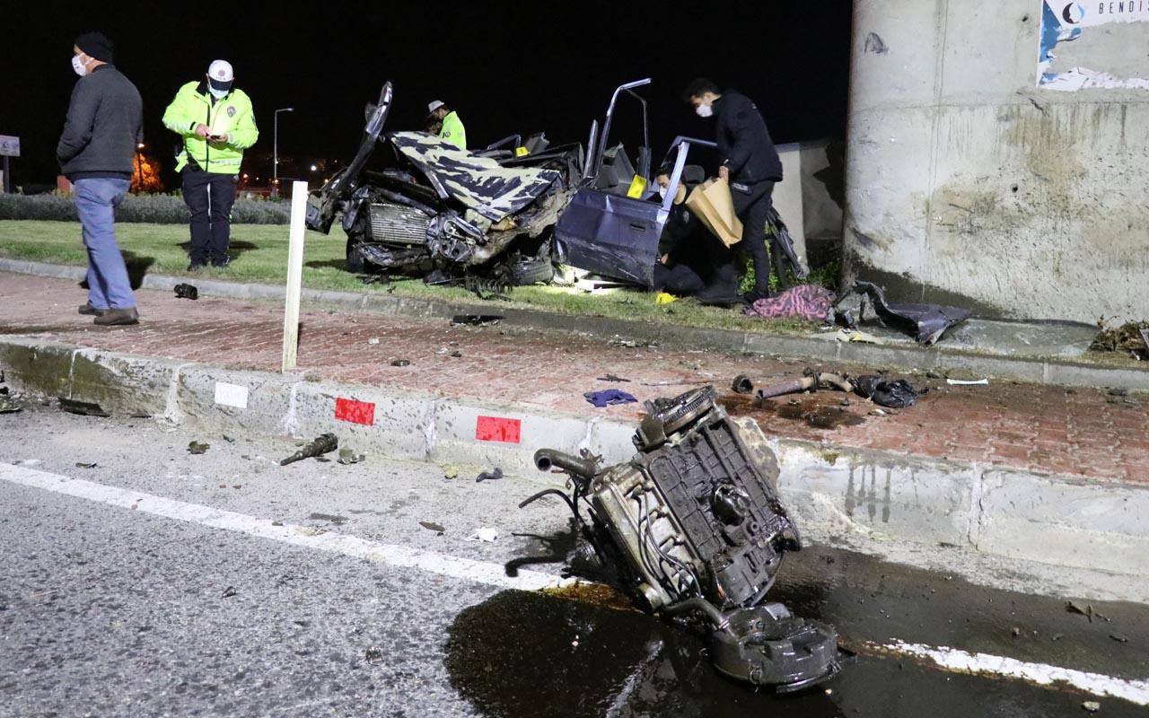 Edirne'de köprülü kavşağın ayağına çarpan otomobil hurdaya döndü: 1 ölü 2 ağır yaralı