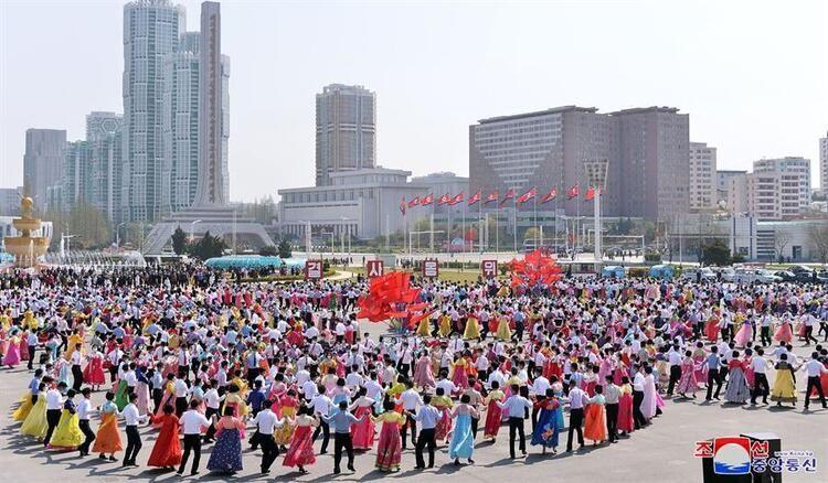 Kuzey Kore'de kıtlık başladı! Halk sokaklara dökülüp kutlama yaptı