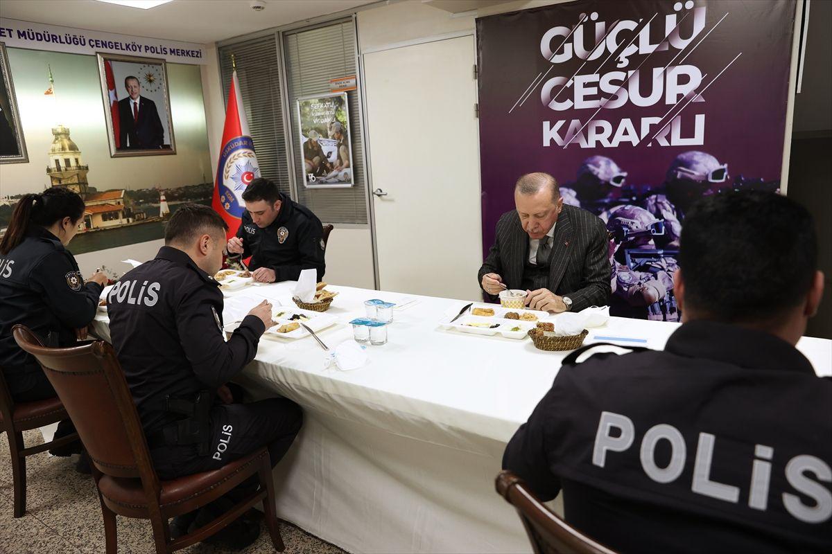 Cumhurbaşkanı Erdoğan iftarını Çengelköy Polis Merkezi'nde yaptı