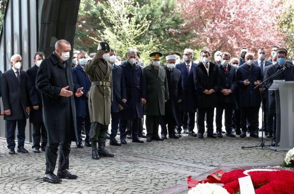 Turgut Özal mezarı başında anıldı! Cumhurbaşkanı Erdoğan, Özal için Kur'an-ı Kerim okudu