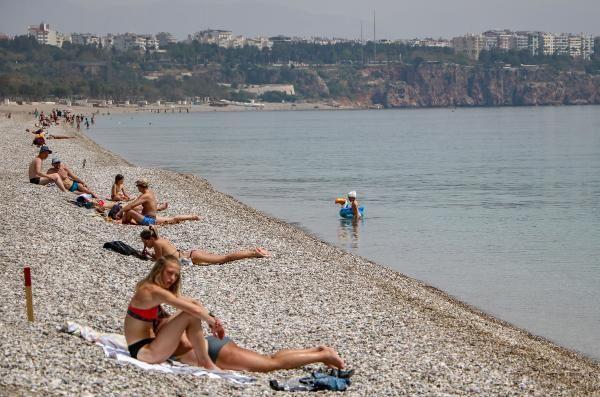 Covid-19'a aldırış etmediler! Antalya'da turistler plajlara akın etti