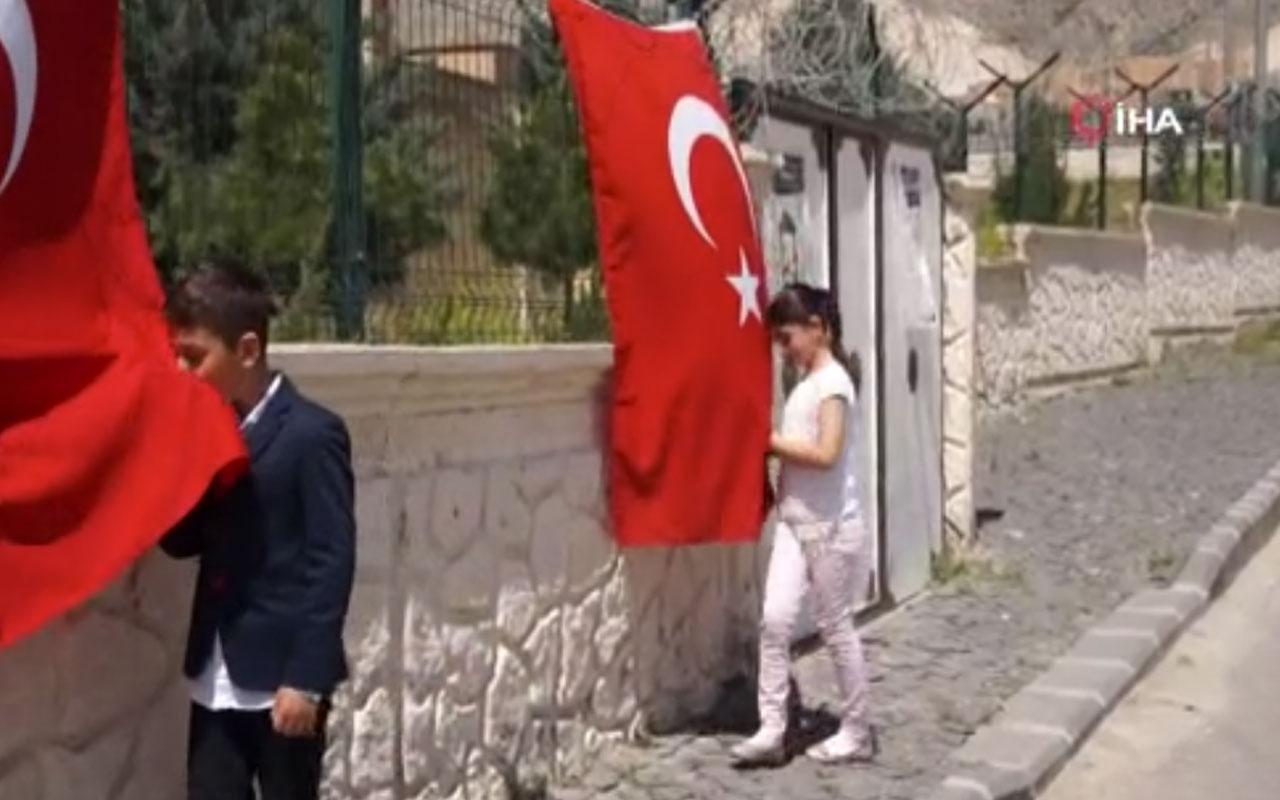 İçişleri Bakanı Süleyman Soylu'dan Türk bayrağını öpen çocuklara sürpriz