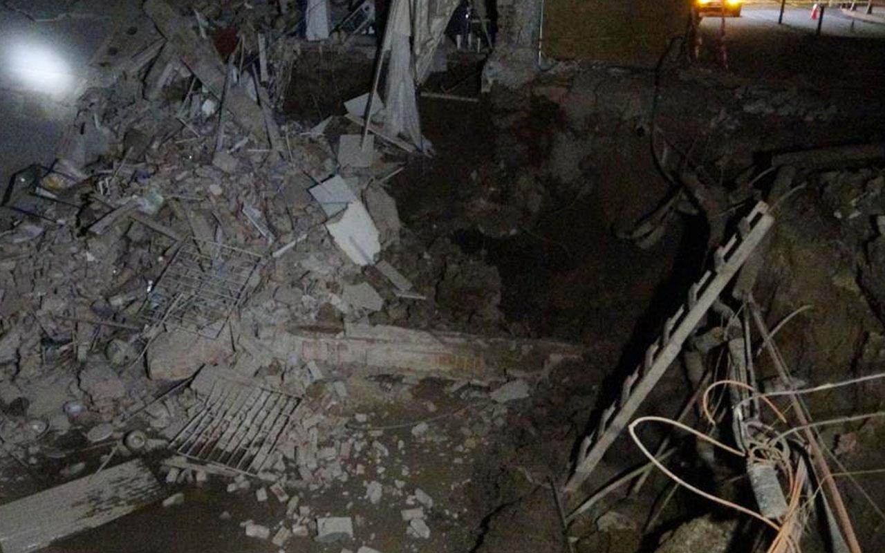 Uşak'ta temel kazma çalışması sırasında hasar gördüğü için boşaltılan iki katlı bina çöktü