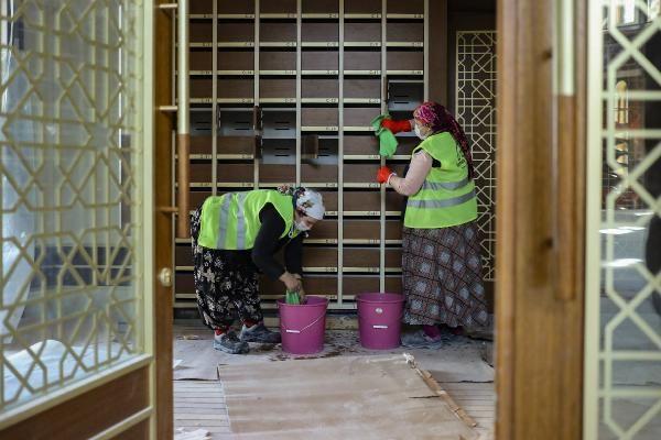 Son hali görüntülendi! Taksim'de yapımı devam eden caminin dev avizesi ile kapısının kasası takıldı