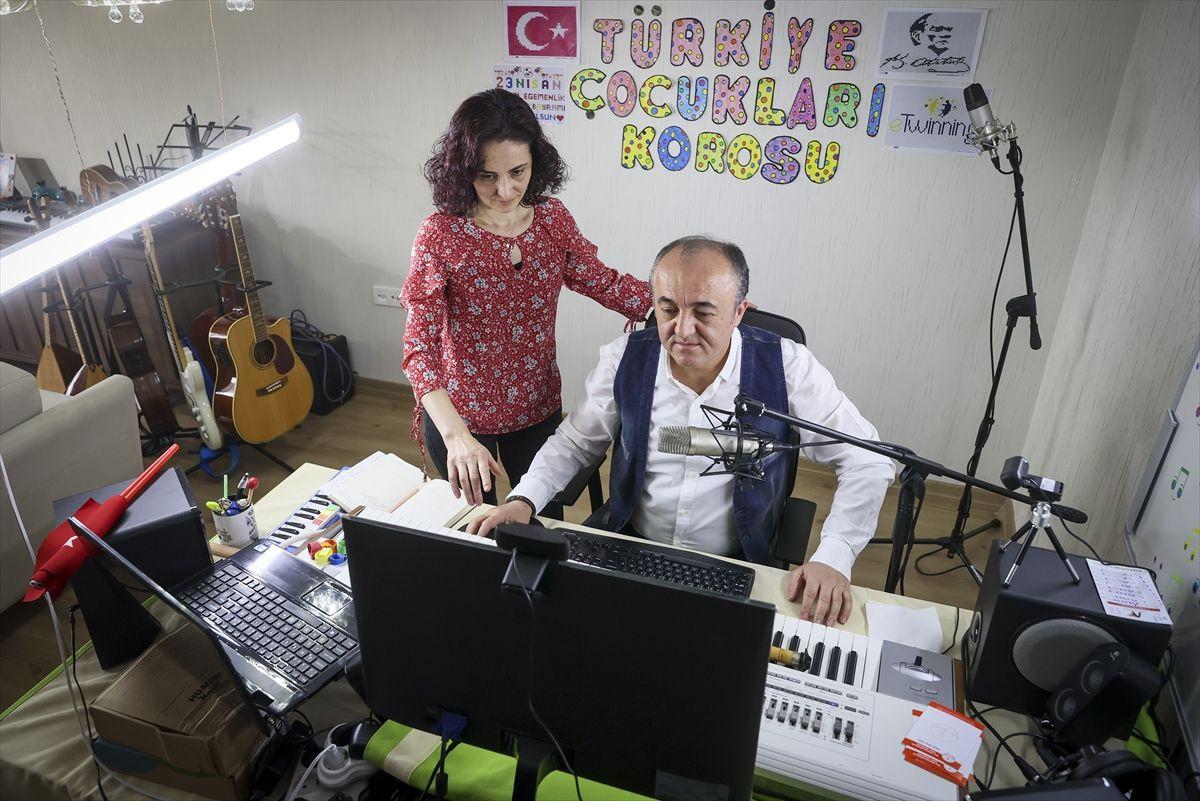 İnternet üzerinden verdiği müzik dersleriyle 5 bin kişilik çocuk korosu oluşturdu
