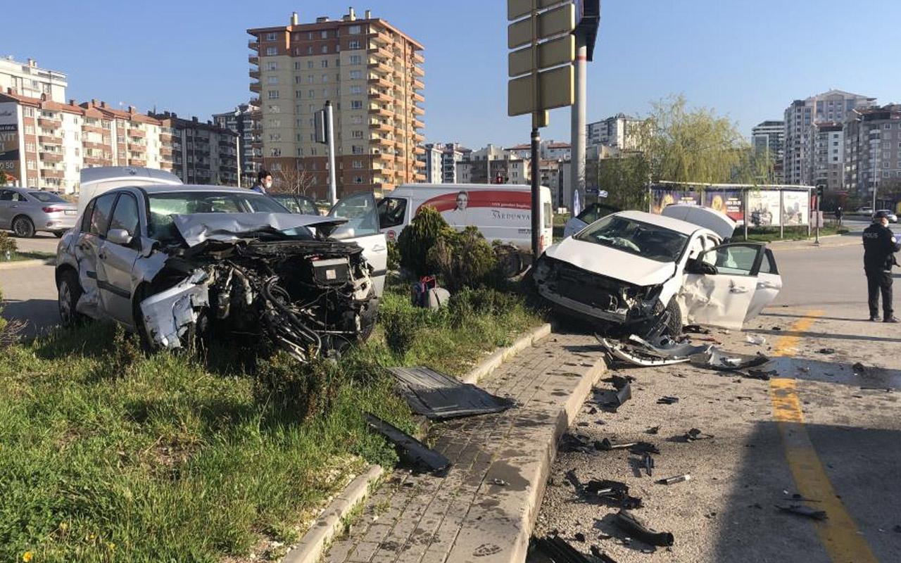 Ankara'da feci kazada otomobiller kafa kafaya çarpıştı! 3'ü çocuk 7 yaralı