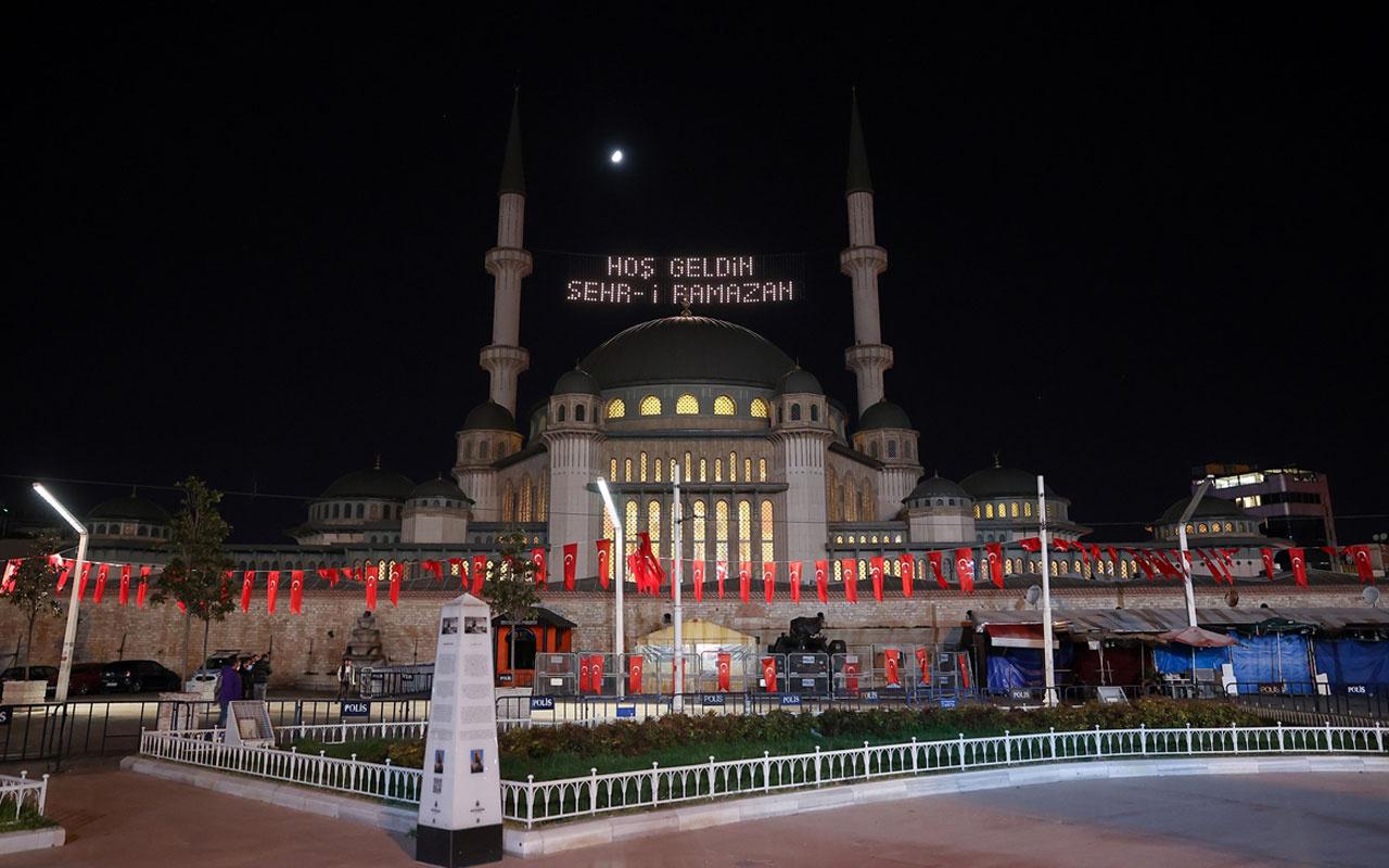 Taksim Meydanı'na yapılan camiye ilk kez ramazan mahyası asıldı