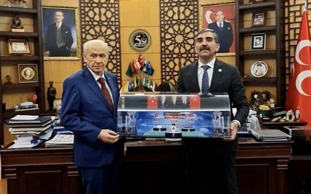 MHP Lideri Devlet Bahçeli'ye  13. Olağan Büyük Kurultayı'nın maketi hediye edildi