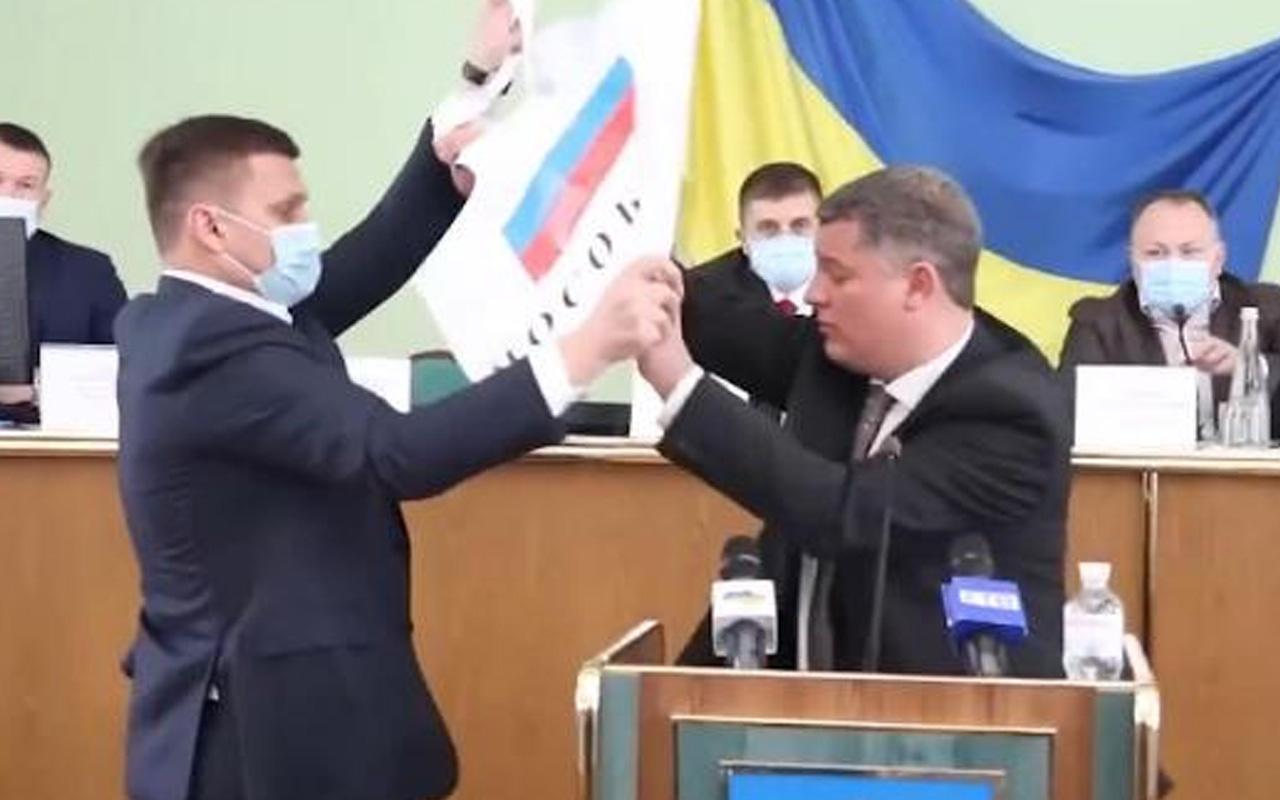Kameralar önünde arbede! 'İşgalcinin yardakçısı' yazılı Rus bayraklı pankart kriz yarattı