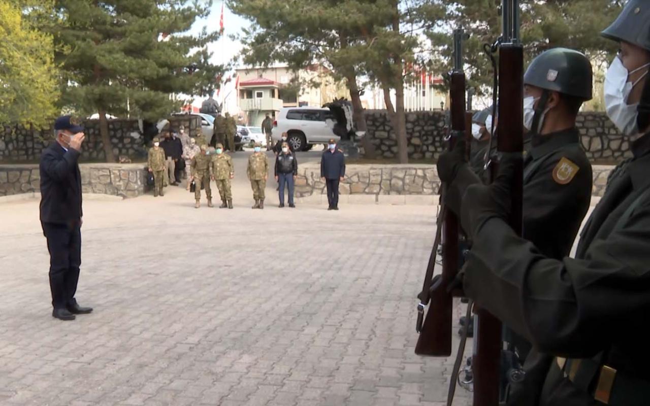 Milli Savunma Bakanı Hulusi Akar harekat merkezini ziyaret etti