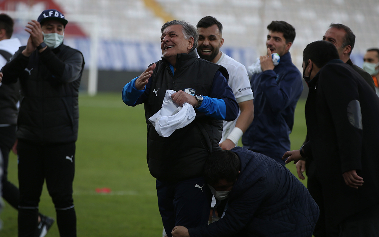 BB Erzurumspor Teknik Direktörü Yılmaz Vural hüngür hüngür ağladı