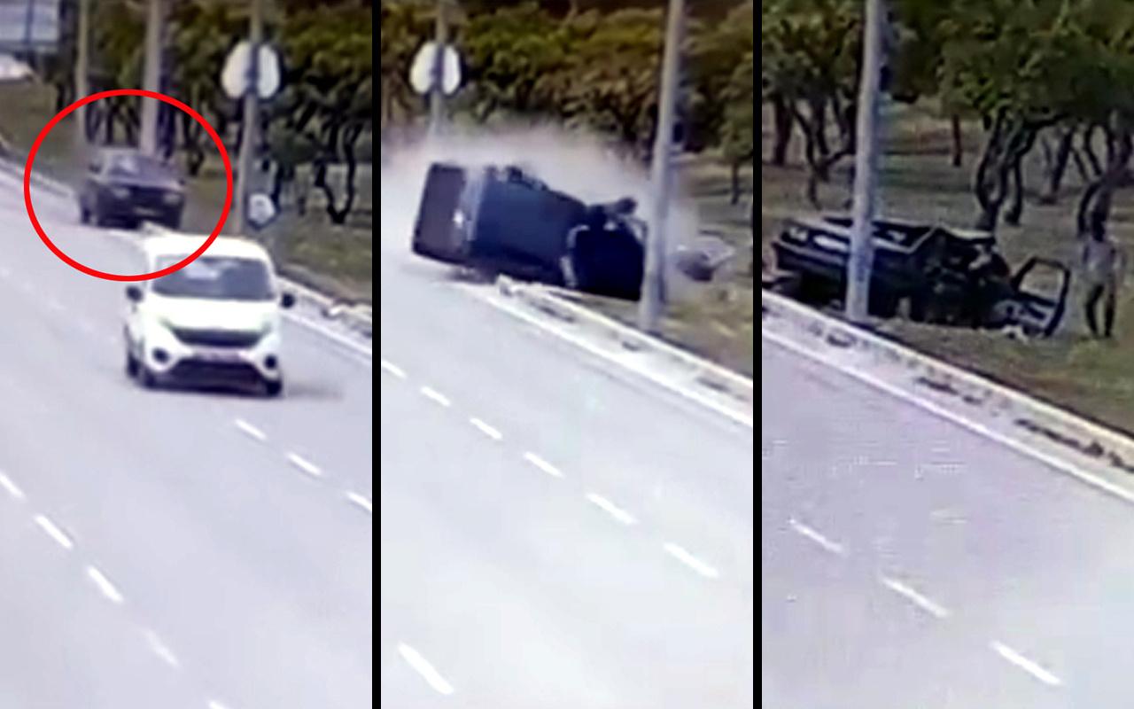 Antalya'da kontrolden çıkan otomobil direğe çarpıp parçalandı