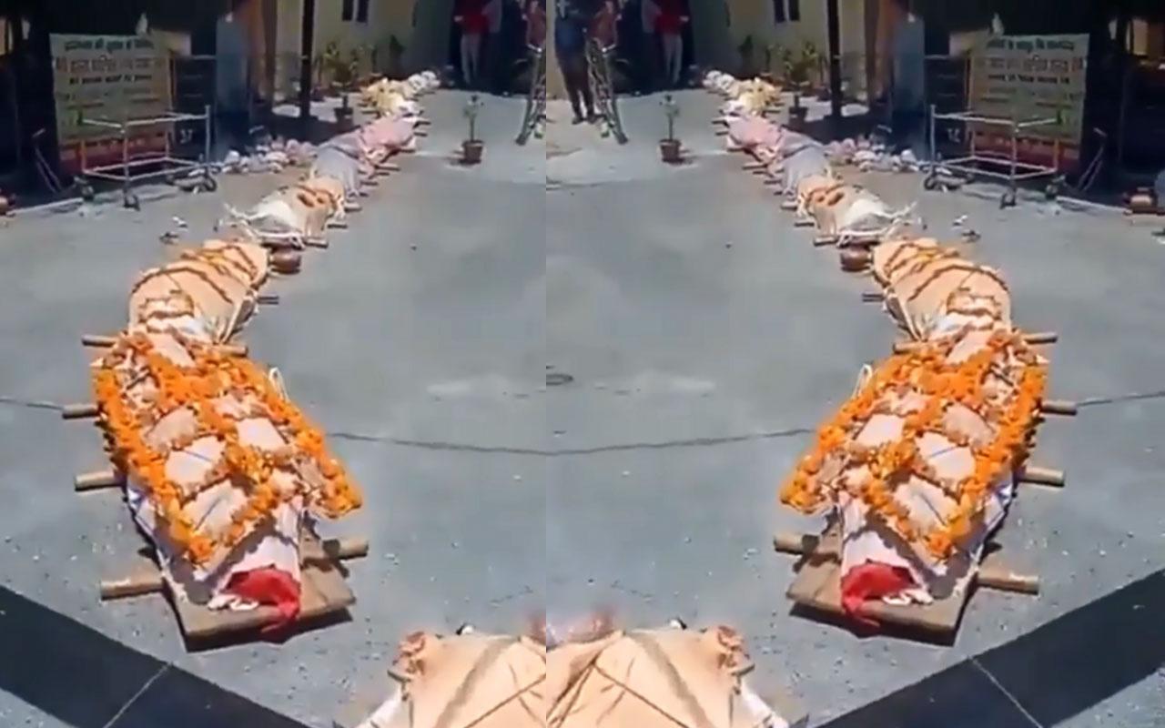 Hindistan'dan korkunç görüntüler geldi! Cenazeler yakılmak için kuyruk oldu oğlunu sürüyerek taşıdı