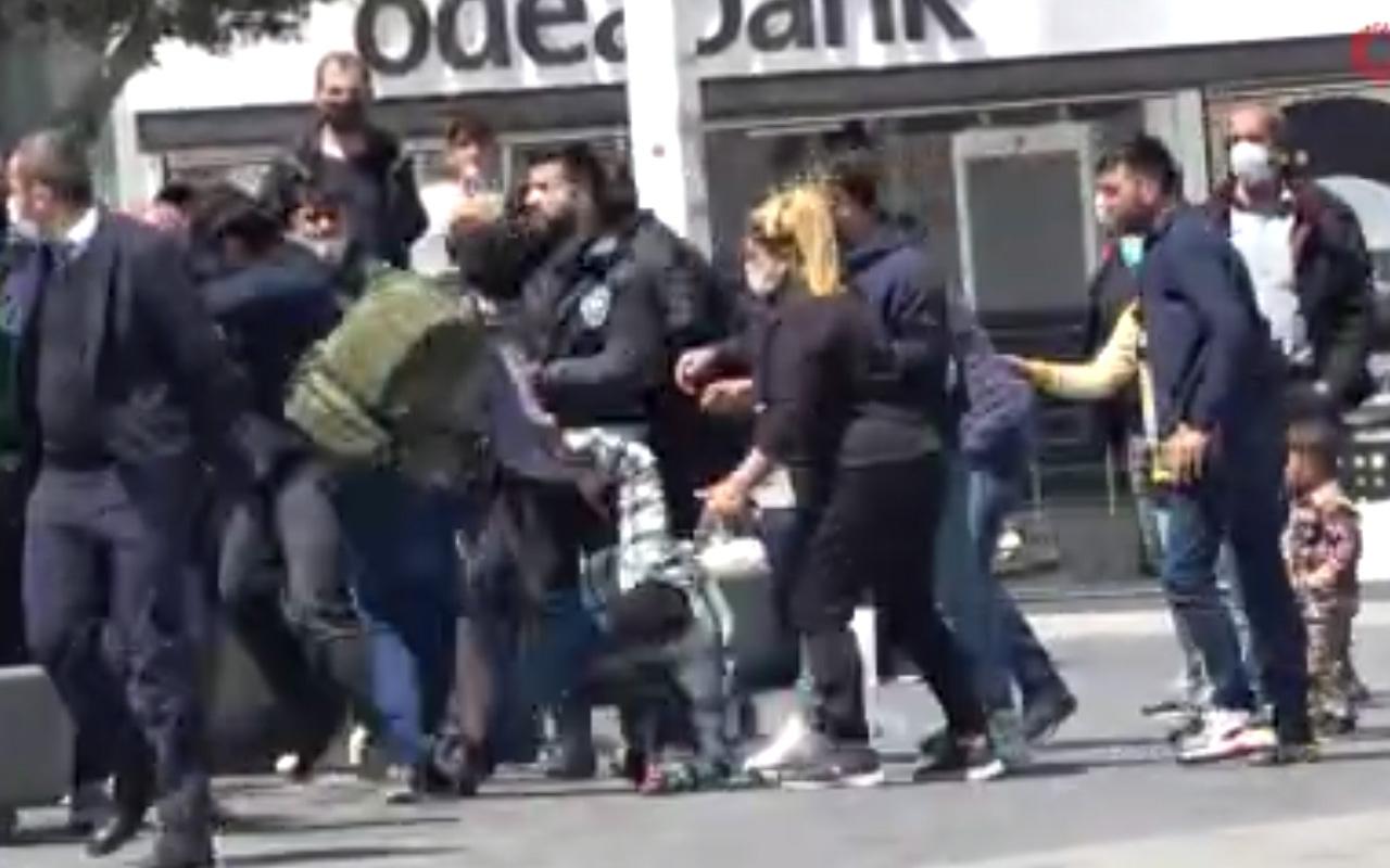 Taksim'de turistler ile satıcılar arasında tekmeli yumruklu kavga kamerada