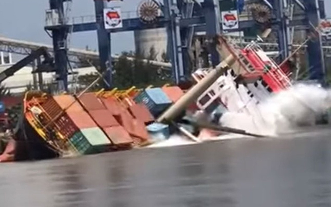 Vietnam'da 2 bin 500 tonluk yük gemisi alabora oldu! İşte o anlar