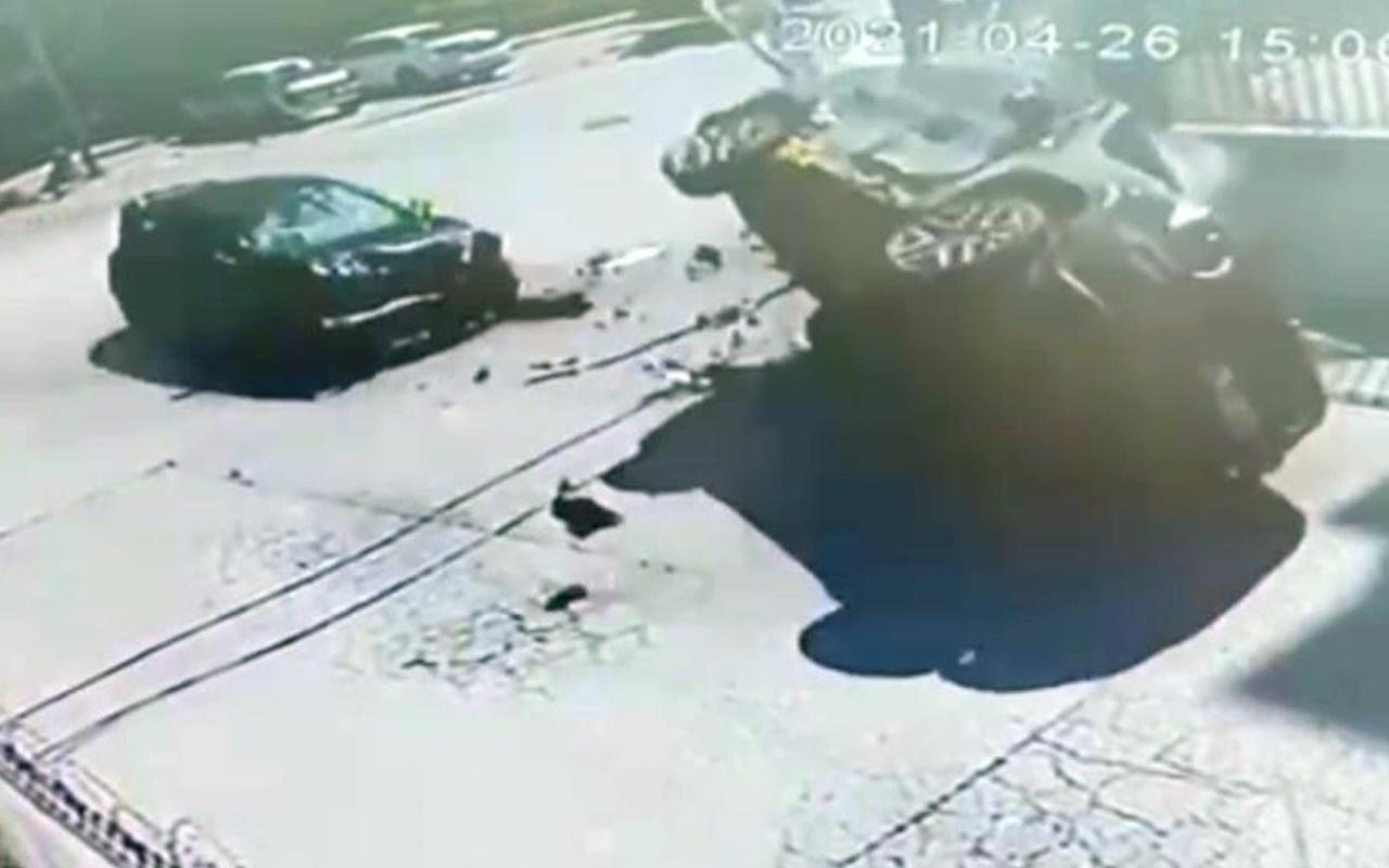 İstanbul'da yolda giderken neye uğradığını şaşırdı! Feci kaza kamerada