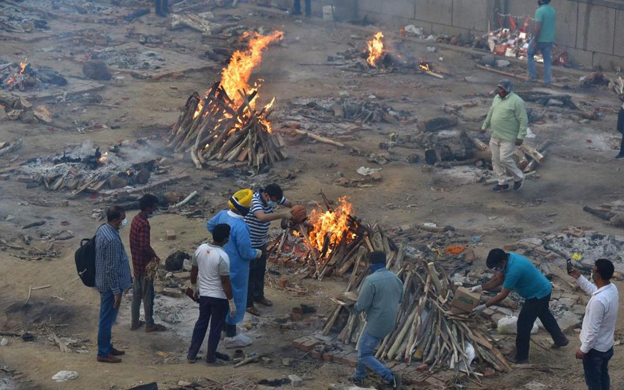 Hindistan'da durum vahim! Koronadan ölenler toplu olarak boş arazilerde yakılıyor