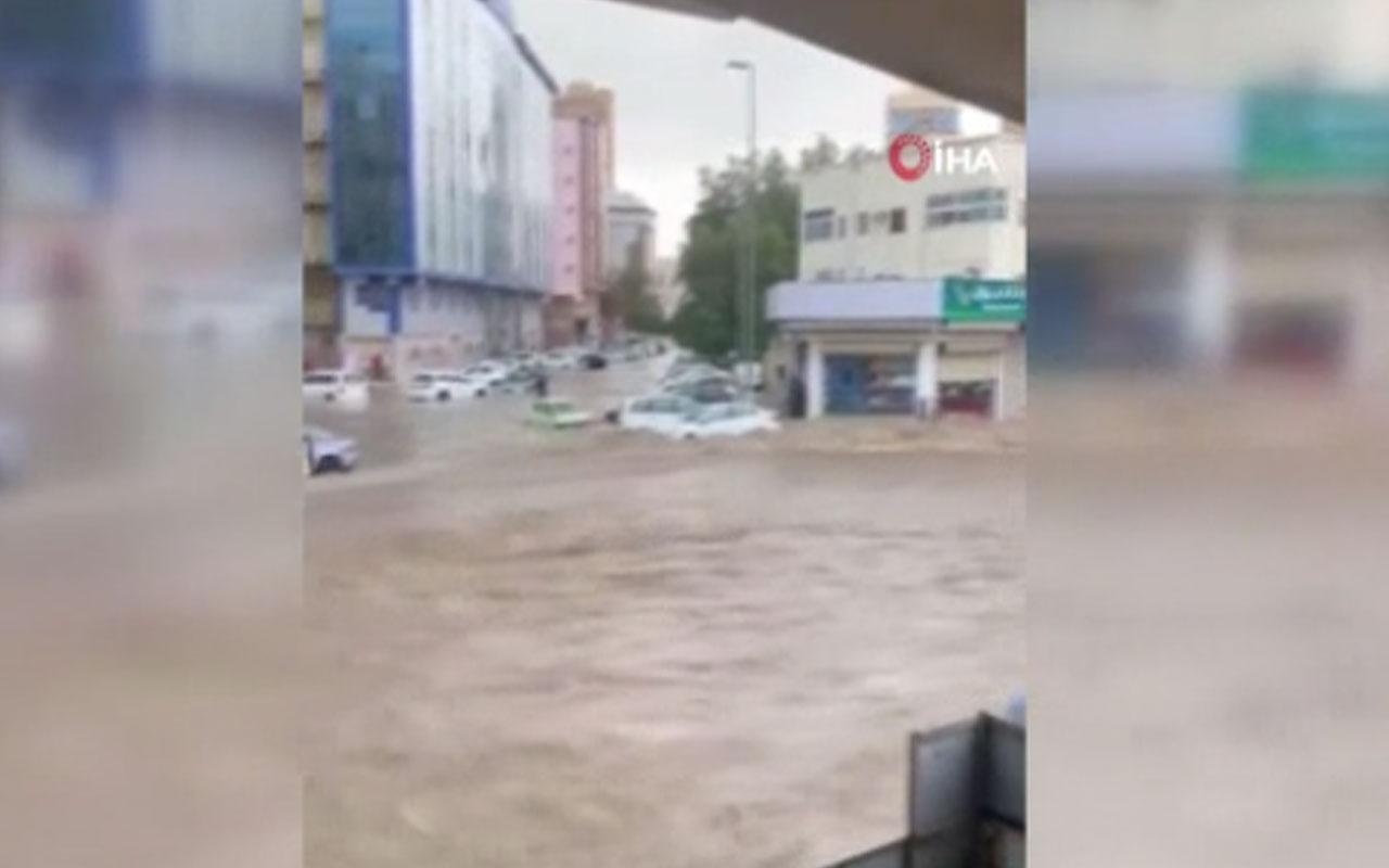 Suudi Arabistan'da hayat durdu! Sağanak yağışlar sele neden oldu