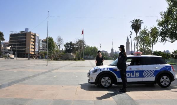 Antalya'da meydanlar boş kaldı turistler plajlara akın etti! Denizin keyfini çıkardılar