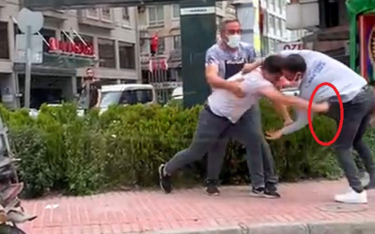 Adana'da cadde ortasında bıçaklı kavga kamerada! Defalarca savurdu