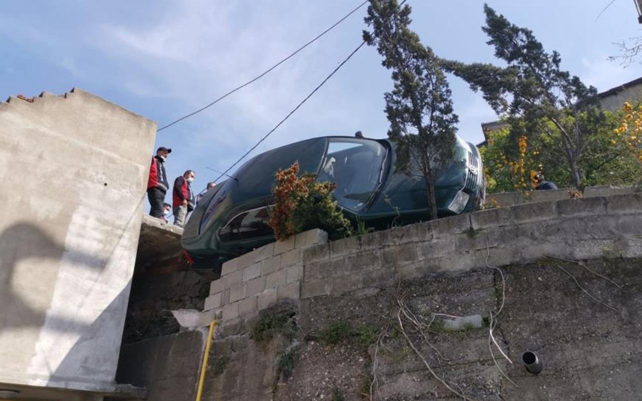 Zonguldak'ta akıl almaz kaza! Direksiyon hakimiyetini kaybetti asılı kaldı