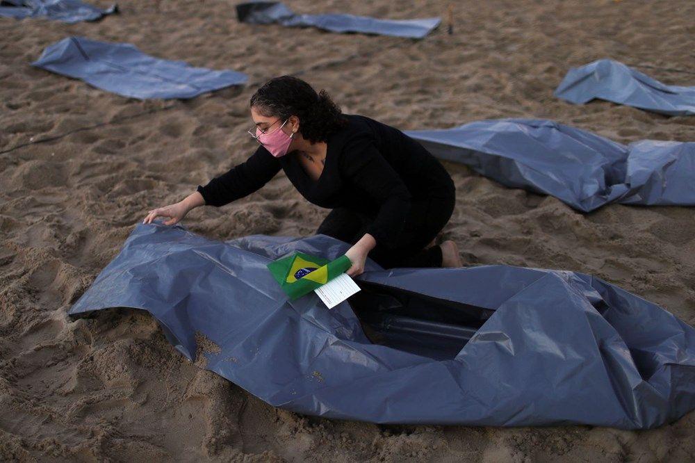 Brezilya'nın dünyaca ünlü Copacabana plajında ceset torbaları