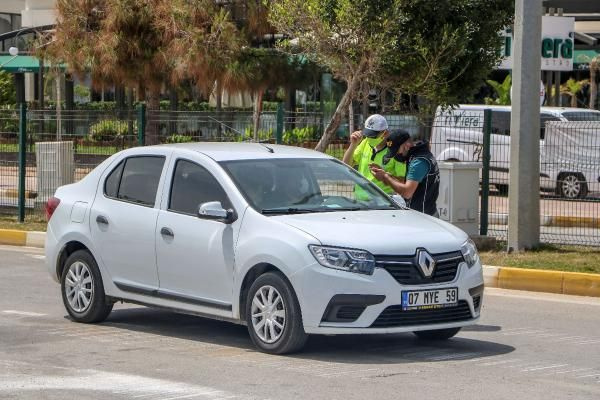Antalya'da 17 günlük yasakta denizin keyfini turistler çıkardı