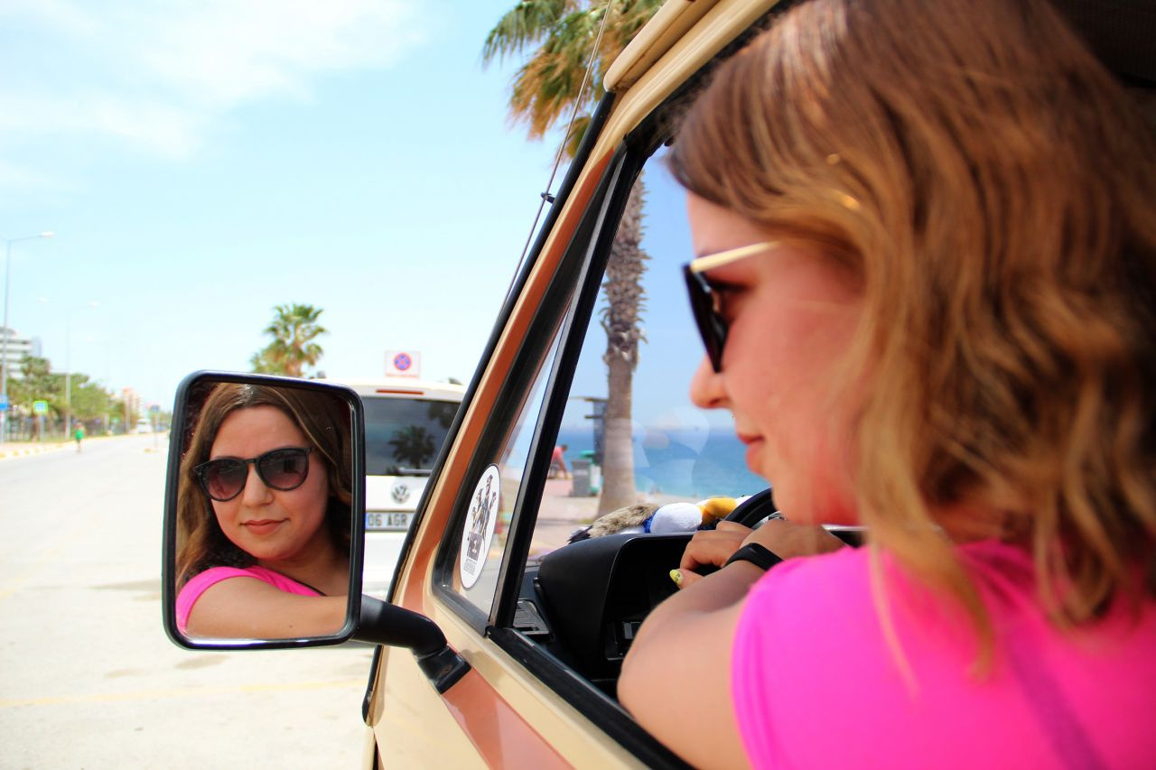 Antalya'da genç hemşire klasik otomobilden yaptırdı! Gören hayranlıkla izliyor