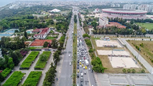 Antalya'da kilometrelerce araç kuyruğu oluştu! Plajlar turistlere kaldı