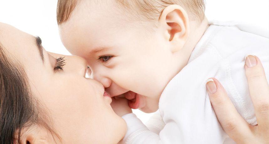"""""""Kovid-19 testi pozitif olan anneler bebeklerini emzirmeye devam etmeli"""""""